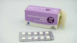 Caja y píldoras de hidroxicloquina usada para tratar la malaria.