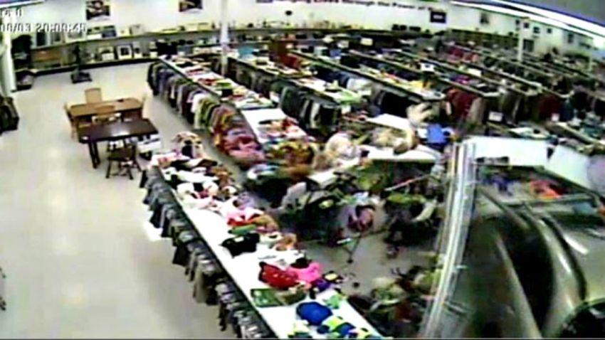 TLMD-texas-houston-goodwill-carro-destrozos-dentro-de-tienda