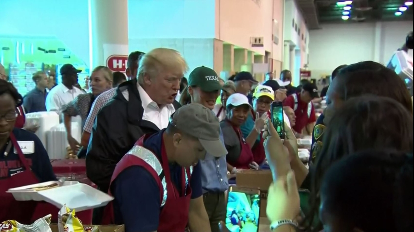 Trump en NRG Center sirviendo comida
