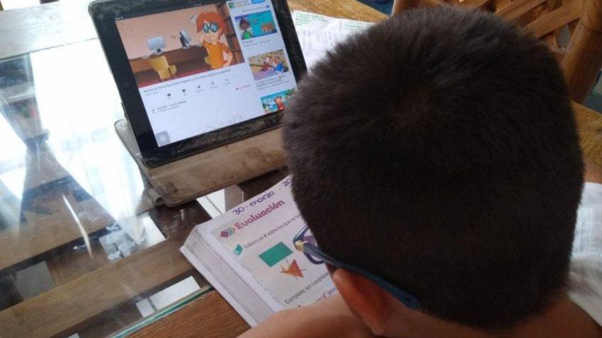 Niño toma clases en casa
