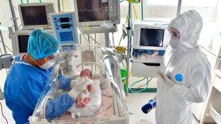 Bebé recién nacido con coronavirus