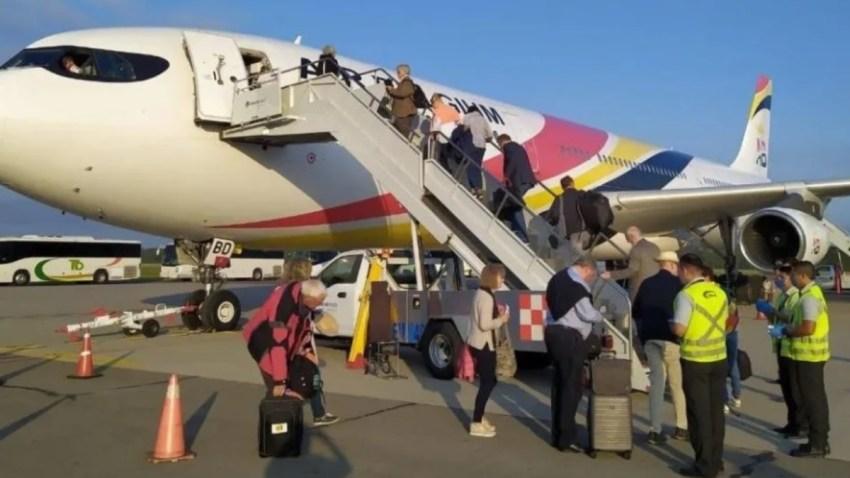 Turistas alemanes abordan vuelo
