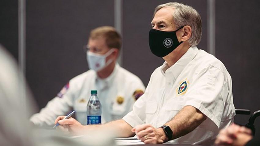 Gobernador Greg Abbott y Nim Kidd usando mascarillas.