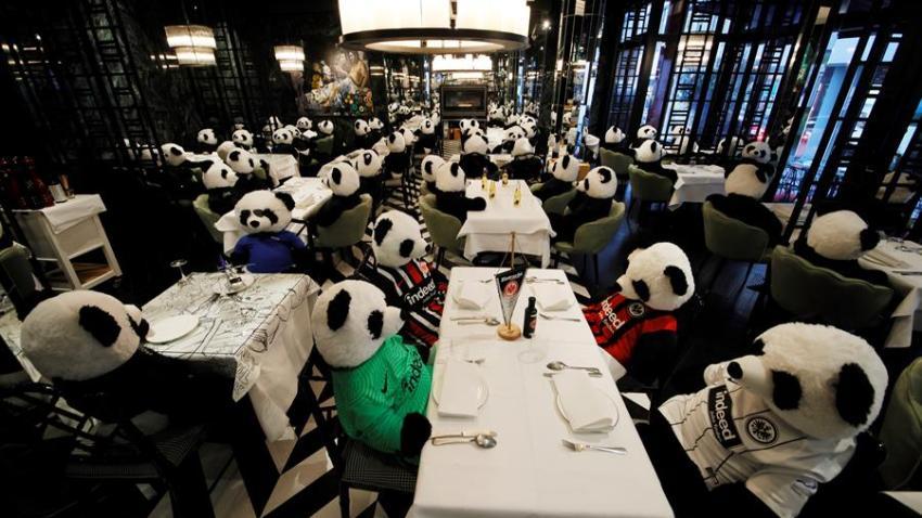 Los osos panda de peluche se sientan en las mesas del restaurante 'PINO' en el centro de Frankfurt am Main, Alemania, el 25 de noviembre de 2020. El propietario del restaurante llama a su instalación 'Panda-Mie', en la que los peluches panda gigante se sientan en las mesas colocadas en su lugar de invitados humanos. Los interesados pueden comprar uno de los ositos de peluche por 150 euros para apoyar al dueño del restaurante durante la pandemia de coronavirus.