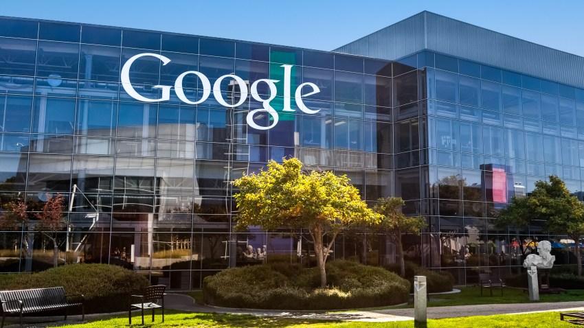 Fachada de una sede de Google en California.