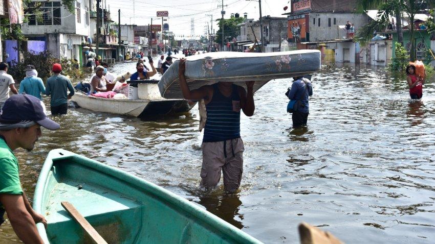 Pobladores de Tabasco caminan en calles inundadas