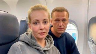 El líder opositor ruso, Alexéi Navalni, en un vuelo de regreso a Rusia.