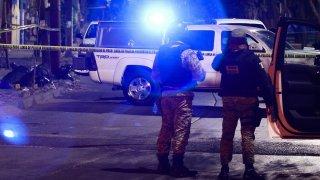 Policías vigilan escena de crimen en León, México