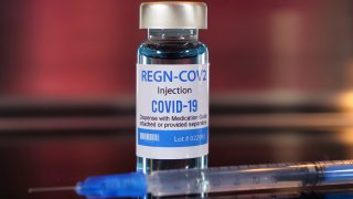 Foto de una dosis de la inyección de Regeneron.