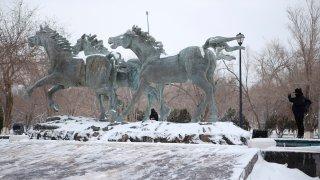Escultura de caballos nevada en Ciudad Juárez