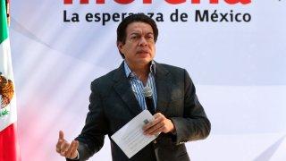 El dirigente del partido gobernante en México dando un discurso