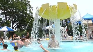 Niños nadando en la piscina de McKinney.