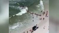 Dos personas quedaron atrapadas en una corriente marina en Florida; pero de 50 a 100 buenos samaritanos formaron una cadena humana.
