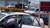 Las autoridades hicieron una demostración de qué tan caliente se pone el interior de un auto bajo el sol