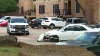 En la escena, afuera de los apartamentos, se observaba un vehículo con múltiples daños por balas. Te contamos aquí lo que dijo la policía y los residentes.