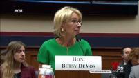 La Secretaria de Educación del Gobierno Federal dijo que las escuelas deben decidir si llama a ICE ante alumnos indocumentados.
