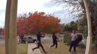 Los dos ladrones estaban armados con un rifle y todo quedó captado en video.