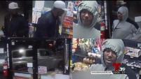 En Irving y Mesquite los sospechosos han rociado gas pimienta al cajero.