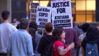Cientos de personas se manifestaron en el ayuntamiento pidiendo esclarecer el incidente donde un policía mató a una residente dentro de su...
