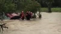 Departamento de Bomberos de Cleburne lograron rescatar a una mujer que quedó atrapada en su auto.
