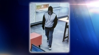 Buscan a un hombre hispano que ha robado varios negocios de telefonía celular en Arlington.