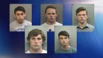 La policía de Arlington anunció el arresto de cinco estudiantes tras haber hallado un controversial grafiti dentro de una preparatoria.