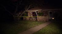 Un conductor perdió el control de su camioneta y se estrelló contra una vivienda en Fort Worth.