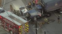 Una persona quedó atrapada en un accidente en el cual estuvieron envueltos varios vehículos, incluyendo un camión de basura.