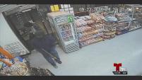 La policía de Dallas busca a dos hombres que mataron a un inmigrante cuando entraron a robar la tienda donde trabajaba.