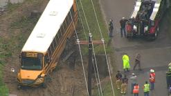 Autobús escolar resbala y cae en una zanja