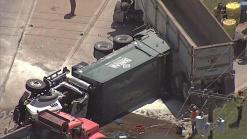 Conductor muere en camión de carga volcado
