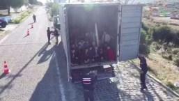 Hallan a 82 migrantes en camión con destino a Italia