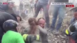 Rescatan a niña de escombros en Italia