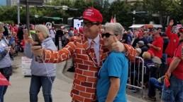 Miles de simpatizantes esperan a Trump en Dallas