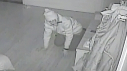 Captado en cámara: ladrón roba mientras familia duerme