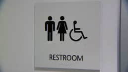 Continúa controversia por uso de baños