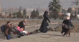 Estremecedor: familias huyen de las balas y las bombas
