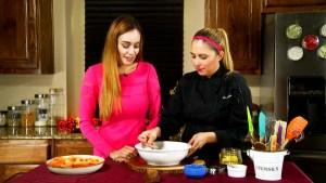 Ponle sabor a este otoño con un postre de durazno al horno relleno de granola y piloncillo de Chef Zoe