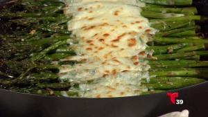Ponle sabor a tu día con estos ricos esparragos al horno con queso y ajo