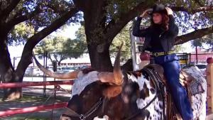 Rashel Díaz disfruta del ambiente en los Stockyards de Fort Worth