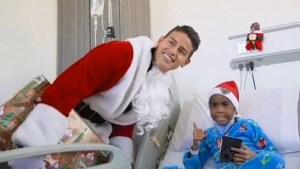 """""""Santa"""" James sorprende a niños en hospital"""
