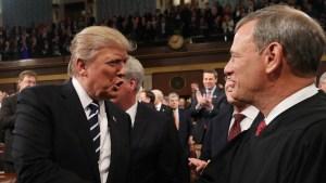 Trump redobla críticas contra Roberts y otros jueces