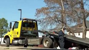 Denuncia que grúa se llevó su vehículo de los apartamentos