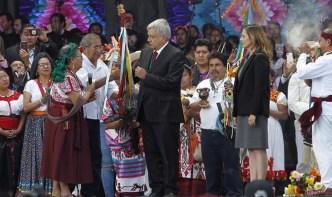 Indígenas entregan bastón de mando a AMLO