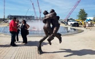 Inmortalizan jugada de los Texas Rangers con una estatua