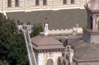 Rescatan a mujer desnuda en un edificio en Fort Worth