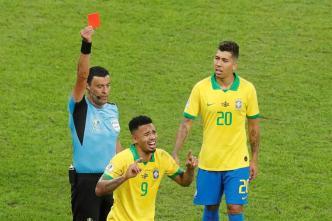 Brasil se queda con 10 tras expulsión de Gabriel Jesus
