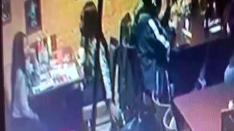 Buscan a jóvenes que robaron billetera en restaurante