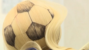 Peluquero lleva la fiebre del Mundial hasta los cabellos