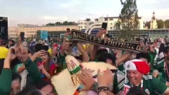 Mexicanos celebran a un fan coreano